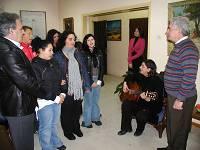 Ο Αντώνης Στρατάκης ακούει τα κάλαντα από μαθητές