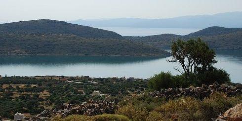 Η ελληνική έννομη τάξη παραδοσιακά προστατεύει τα ευαίσθητα και ευπαθή παράκτια οικοσυστήματα από τη λογική της άγριας αναπτύξεως και της εμπορευματοποίησης της γης. Θα προστατεύσει τα Πλευρά και το Τσιφλίκι στην Ελούντα;