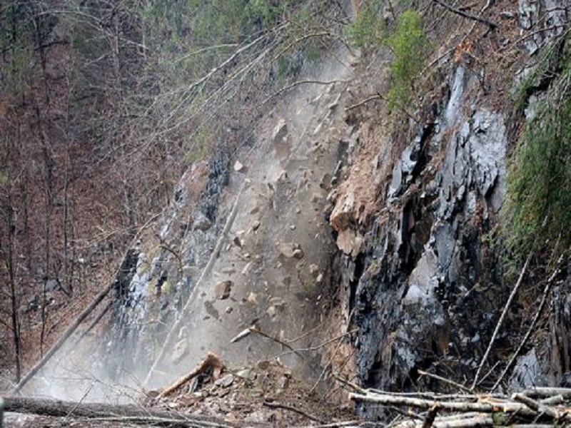 ROCKSLIDE ON I-40 AT TENNESSEE/N. CAROLINA LINE TO REOPEN WITH RESTRICTIONS