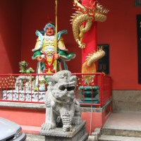 """Temple houses an antique 'guan dao' at High Street 古""""关刀""""之家"""