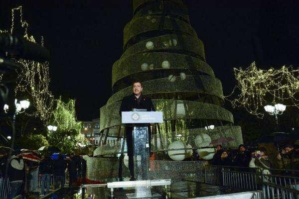 Το Σύνταγμα φωταγωγήθηκε. Άναψε το Χριστουγεννιάτικο δέντρο