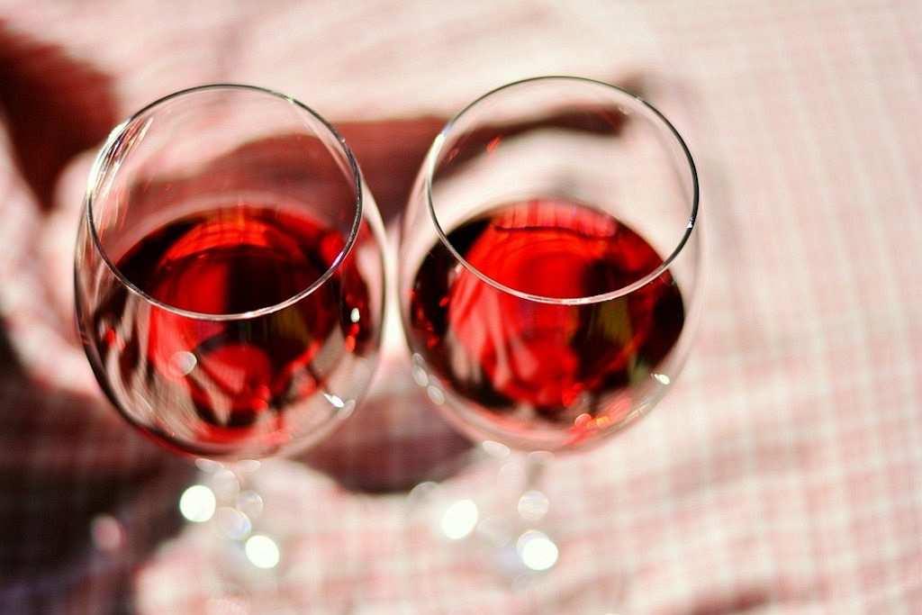 iki kadeh kırmızı şarap