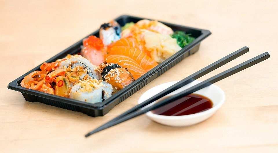 sushi tabağı ve soya sosu