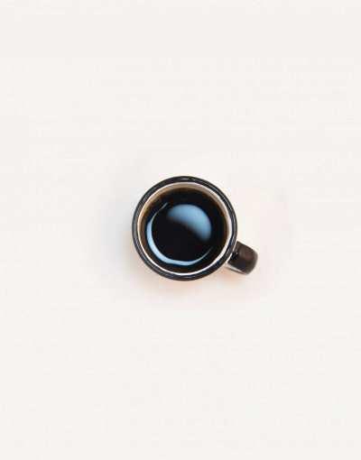 beyaz zeminde kahve fincanı
