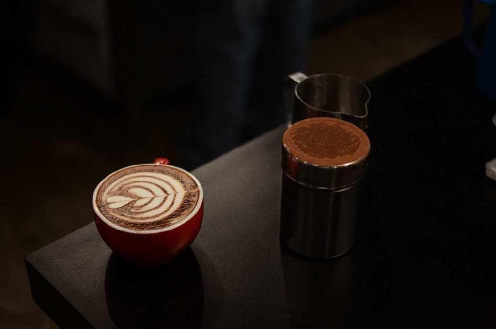 latte art, siyah zemin
