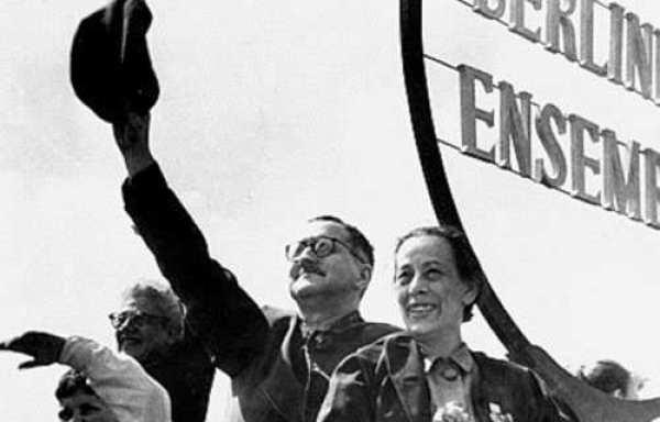 Bertolt Brecht ve eşi siyah beyaz fotoğraf