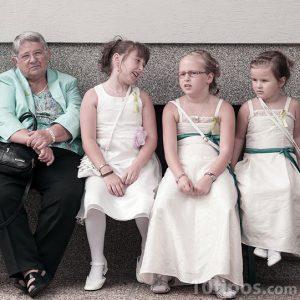 Beyaz giyinmiş kızlarla aile fotoğrafçılığı