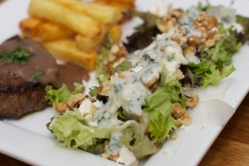 Biefstuk met pepersaus en een salade van meirapen 40