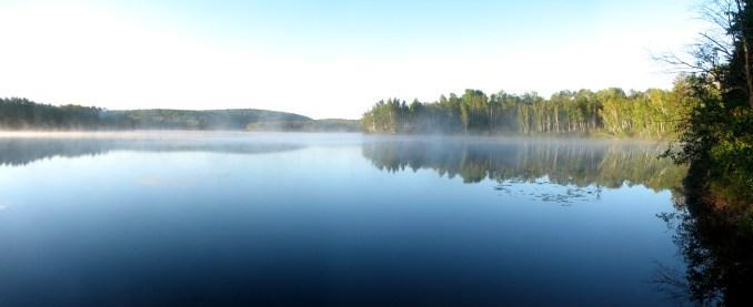 Lac parfaitement lisse représentant une vie sans histoires