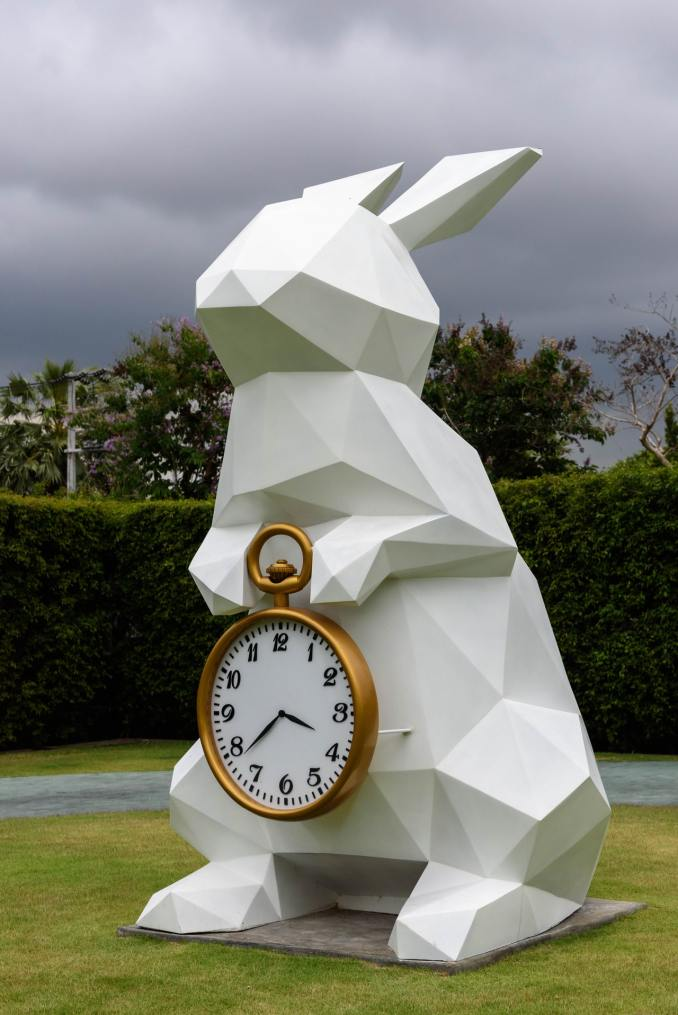 Lapin blanc tenant une montre à gousset en or pour gérer son temps