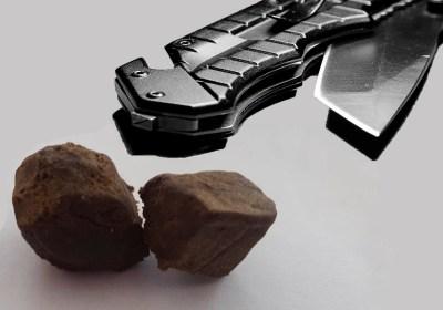 kniv, hash, mænd med banderelationer stoppet i bil med hash og kniv.