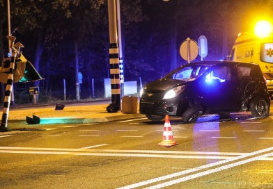 [VIDEO] Gelanceerde auto ramt stoplicht in Ugchelen