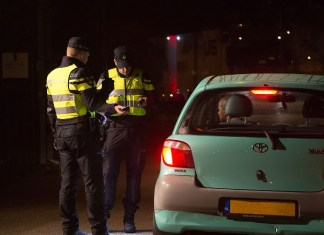 politie controleert voertuig