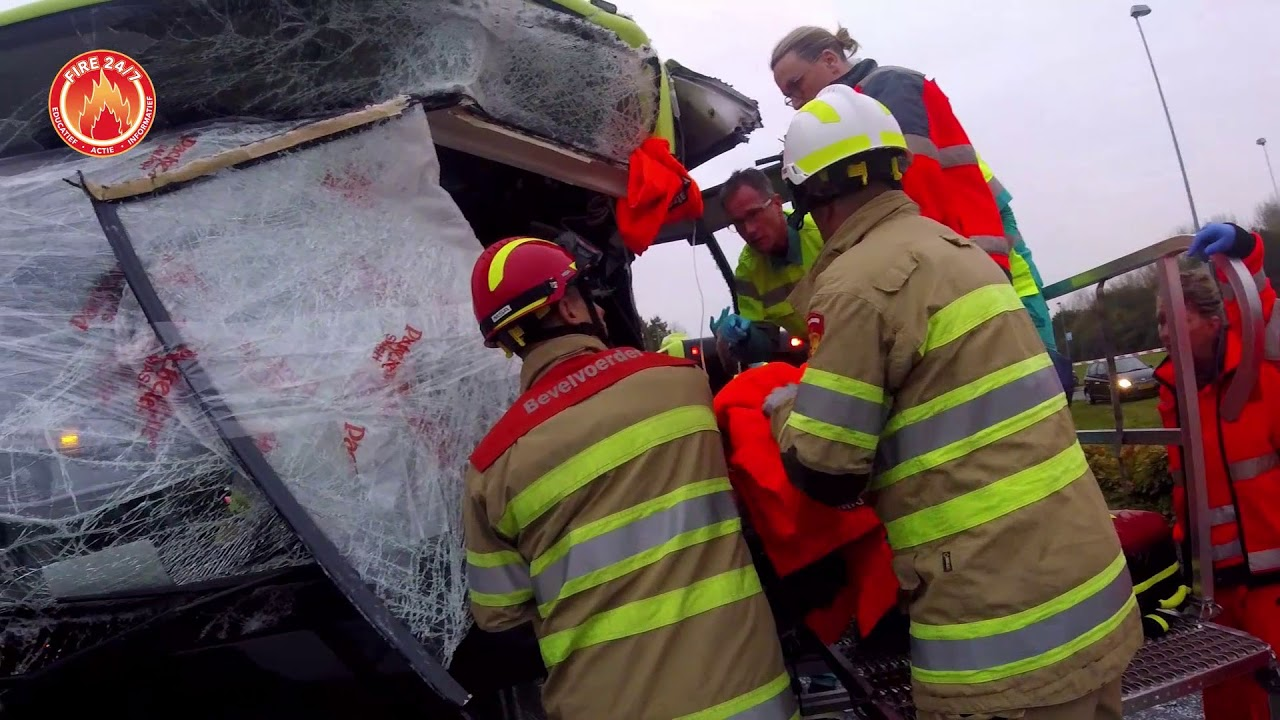 Videobeelden: hulpdiensten bevrijden buschauffeur na frontale botsing.