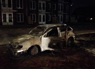 Politie bekogeld bij autobrand in Veen