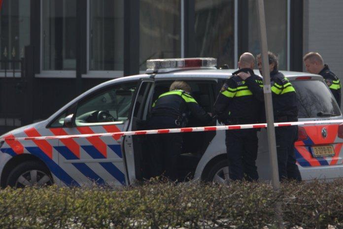 politieagenten bij politiewagen