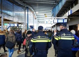Agenten surveilleren in station