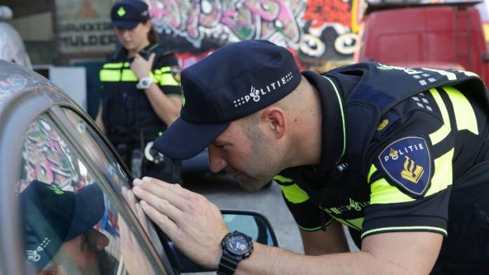 Agenten kijken in auto