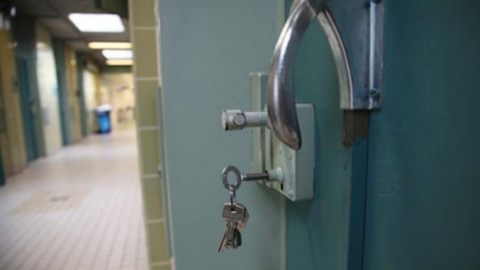 Ingesloten in cel op politiebureau / sleutel