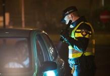 Agent schijnt in auto met zaklantaarn tijdens verkeerscontrole