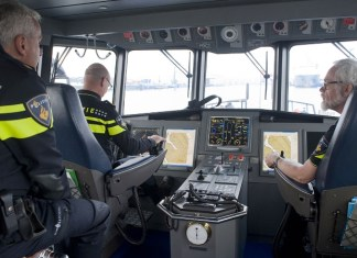 Drie agenten in een schip van de zeehavenpolitie