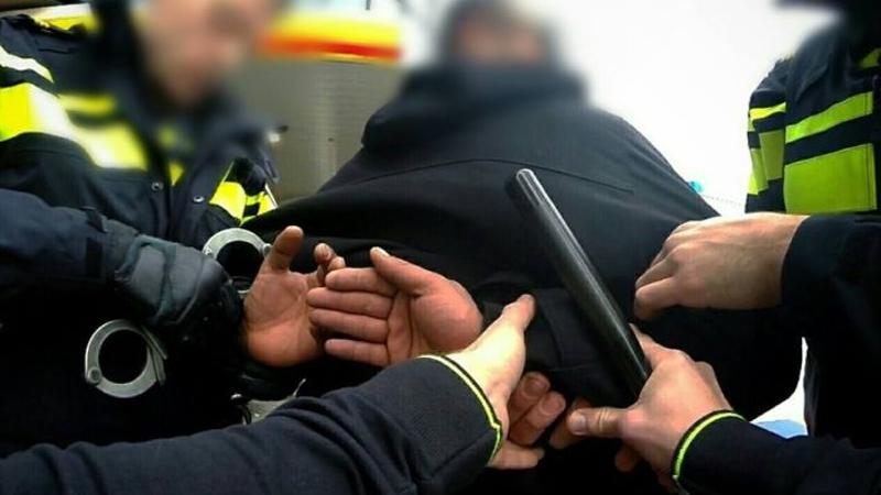 Man laat zwangere vrouw even achter na aanrijding, vuurwapen gevonden.