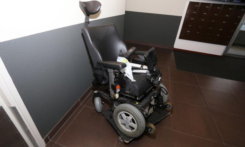 Den Bosch - Man in elektrische rolstoel aangereden, automobilist rijdt door.