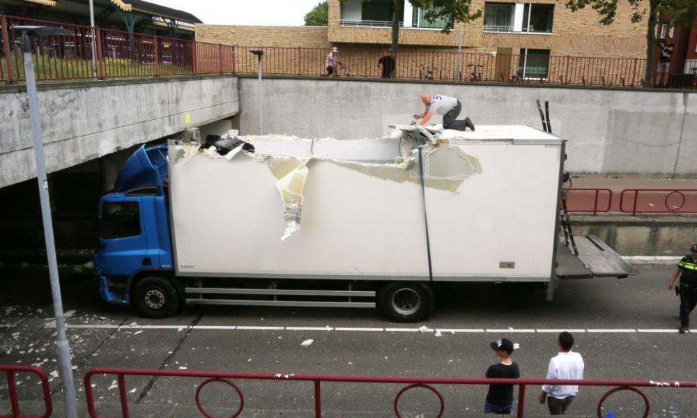 Dak van vrachtwagen eraf na botsing met Stationstunnel in Den Bosch.
