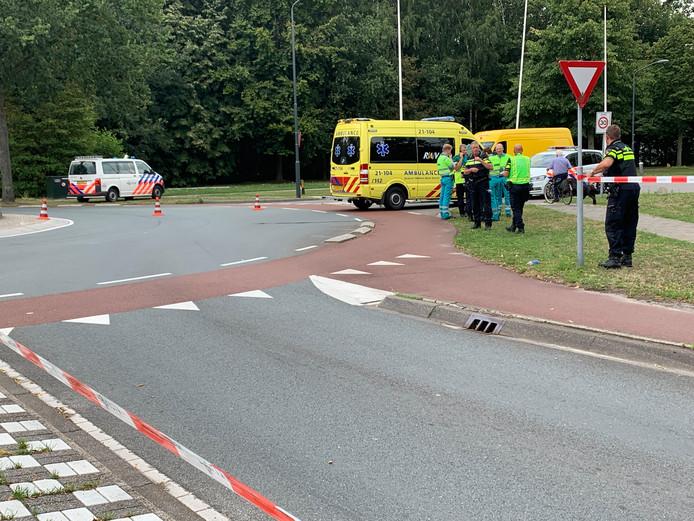 Fietsster zwaargewond bij aanrijding op rotonde in Vught, veroorzaker rijdt in beschadigde auto weg.