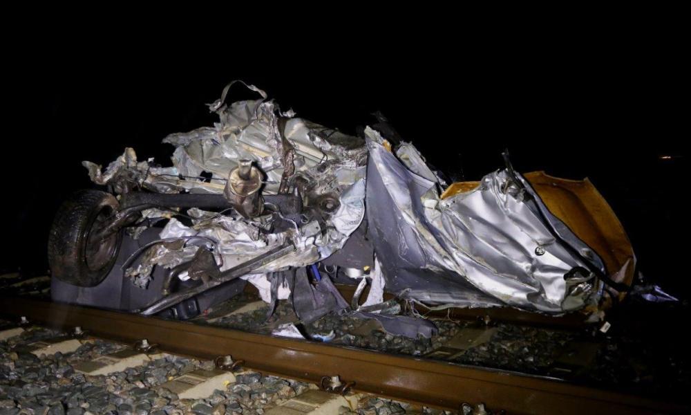 Auto totaal vernield na aanrijding met trein.