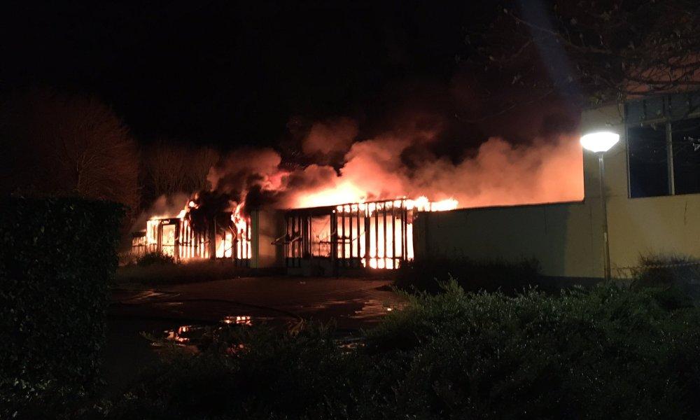 Grote uitslaande brand bij basisschool in Lelystad -.