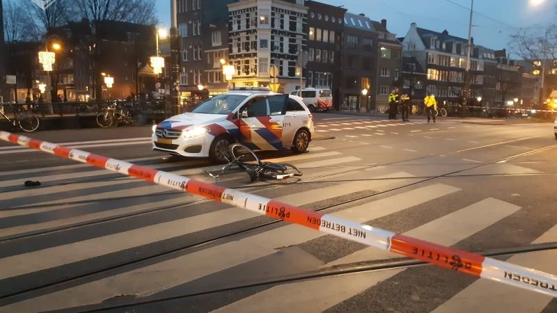 Amsterdam - Aanrijding tussen politievoertuig en fietser.