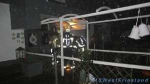 Brandweerlieden bij het pand
