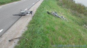 De twee fietsen kapot in de berm