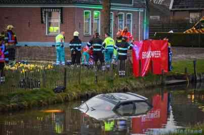 Hulpdiensten druk bezig met het slachtoffer