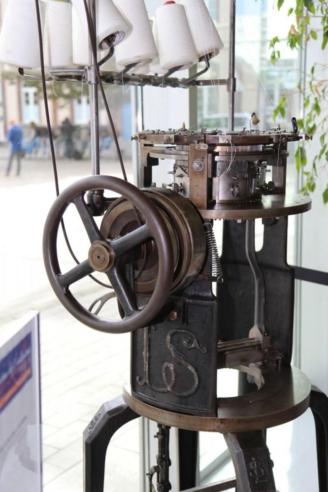- Métier à tricoter circulaire – 1920/1930 288 aiguilles / 8 pouces / 10 chutes. Marque Ligneau de Séréville (sigle LS). Provient de l'ancienne bonneterie Essor (Romilly-sur-Seine) Photo Eric Bord.