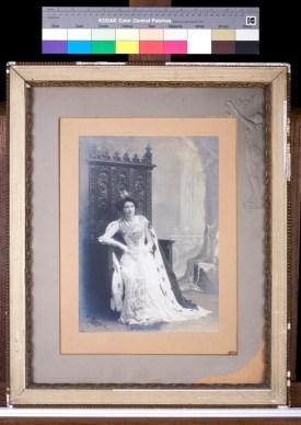 Photographie de Renée Kuntz assise en Reine de la bonneterie, photographe E. Guyot, 1909. N° inv. MB 6032-05. Collection Musée de la bonneterie. Photo copyright D. Vogel, Musée de la Bonneterie, Ville de Troyes.