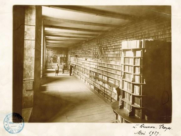 La Grande Salle dans l'ancienne bibliothèque municipale, en 1929. La bibliothèque était située dans un bâtiment de l'Hôtel de Saint-Loup où se trouvent actuellement le Musée des Beaux Arts ainsi que le Musée d'Histoire naturelle de la Ville de Troyes. Photo Médiathèque de Troyes Champagne Métropole