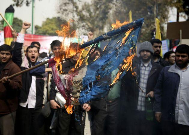 des Iraniens brulent un drapeau américain