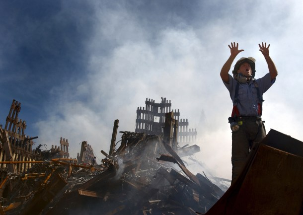 Un pompier demandant 10 hommes suplérmentaire pour l'aider