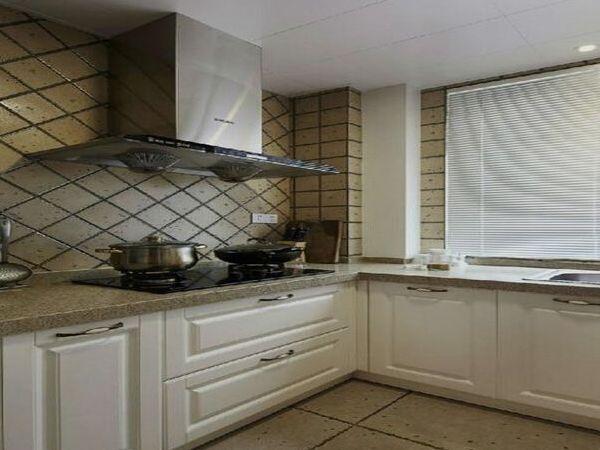 build kitchen cabinets white and backsplash 厨柜台面材料有哪些 如何挑选厨柜台面 橱柜台面的清洁与保养是建立在橱柜台面材料的基础上的 不同的材料 它的清洁和保养方法是有差异的 目前市场上橱柜台面材料主要有防火板 不锈钢 石英石 人造石