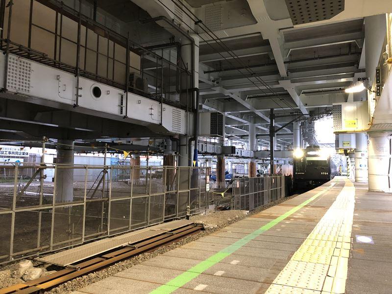横浜駅行きの相鉄線9000系リニューアル車両
