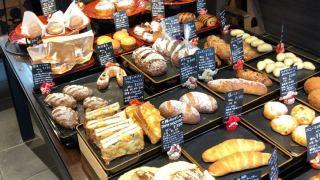 横浜中華街の裏路地にあるパン屋さん「のり蔵」の店内写真