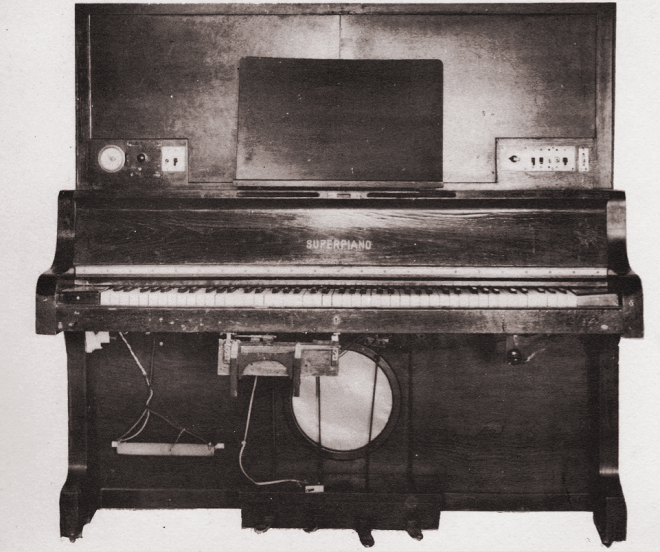 Front view of the Superpiano showing tone-mixing knee lever, pedals and loudspeaker