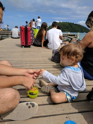 Nico fazendo uma boquinha no cais de Conceição de Jacareí