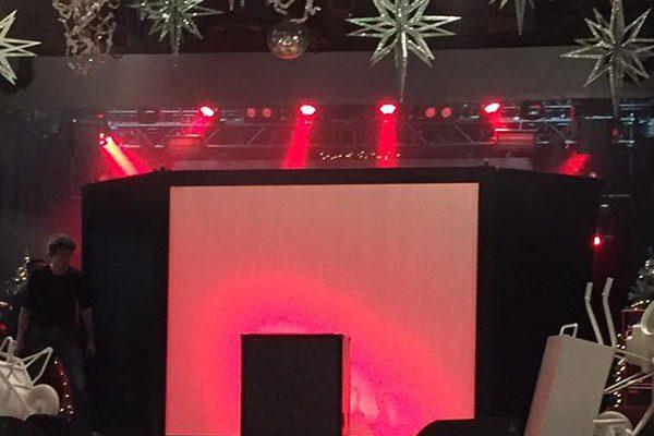 opening - bedrijfsfeest - eigen - materialen - wit - bouwmaterialen - openingsact - kerst - openingsshow900