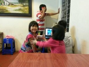 Les enfants au restaurant le soir, Hanoï