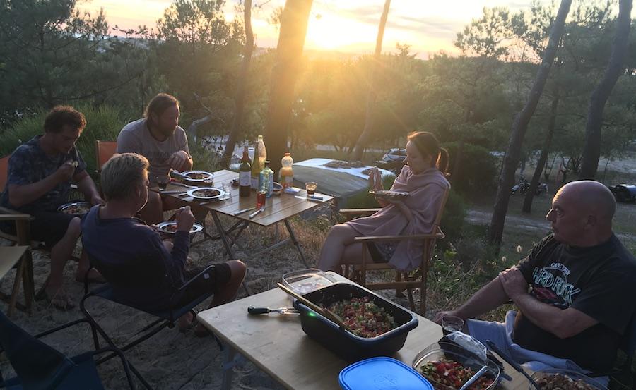 Barbecue mit neuen Freunden
