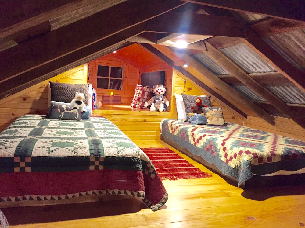 Sleeping loft with two twin beds