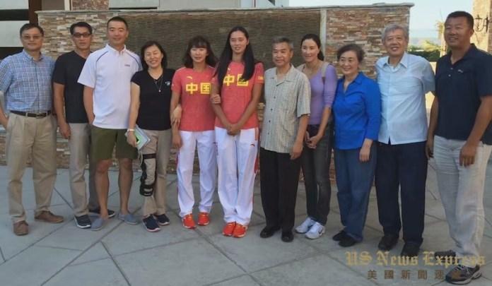 加州华人体育家协会7月24日汇聚多位居住在洛杉矶的中国前运动国手和教练们,与中国女沙排代表队成员见面打气加油。钱美臻摄